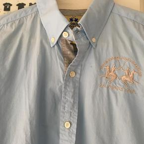 Varetype: Skjorte Størrelse: 12år Farve: Lyseblå Prisen angivet er inklusiv forsendelse.  Næsten ikke brugt, helt fantastisk drengeskjorte.    Bredde: 50 cm.    Længde: 64 cm.