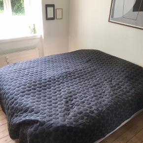 HAY sengetæppe 260 x 260 cm - Dark Grey, brugt minimalt i ca. 1 år. Ny pris: 1.399,-