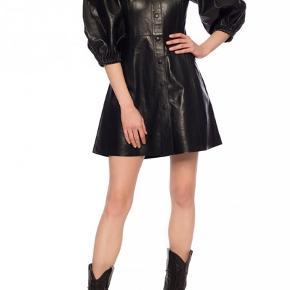 """Super fed læderkjole fra Ganni's nyeste kollektion. Lavet i """"Lamb Leather."""" Mærket sidder stadig i."""