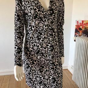 Den smukkeste kjole fra DVF. aldrig brugt og fejler intet. sort/hvid. byttes ikke.
