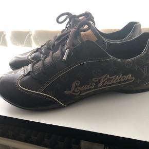 LV brune mini lin sneakers - Str. 37,5 ( store i str. jeg bruger normalt 38/38,5 og passer dem). I den meget gode ende af gmb, kun brugt ganske lidt, se billeder. Bytter ikke. Bud fra 1500 kr. kvitt. Haves ikke længere. Ny pris 3800 kr