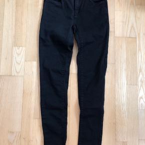 Sorte jeans  Afhentes 8000 Aarhus C Eller sendes med Dao for 38kr.