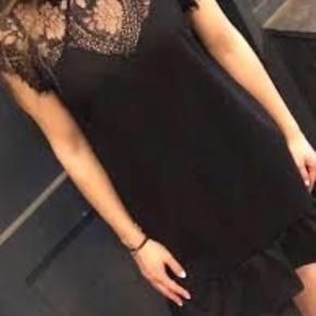 Meget flot kjole fra Neo Noir sælges, da den bare hænger i skabet. Den er aldrig brugt og derfor er standen som ny.   Det er en størrelse small og er købt til 599 kr.  Kan sendes på købers regning🌸