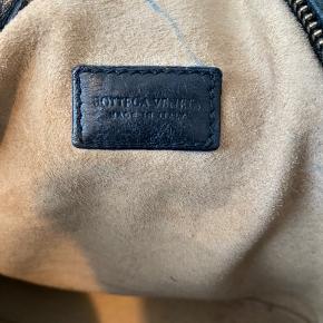 Flyttesalg byd gerne ☺️ Condition 7/10 Håndtaske fra BOTTEGA VENETA I sort kalvelæder  Model: Baguette  Fabrikeret: Italien  Højde: 21 cm  Bredde: 36 cm Stropper: 43 cm( justerbar)  Denne skønhed har fulgt mig i mange år, men fremstår i god stand.  Ingen synlige brugstegn, kun i foret, hvor der er et par kuglepens streger. Pris er sat efter dette.  Original kasse samt dustbag medfølger IKKE.