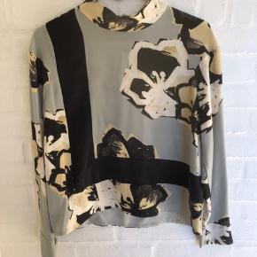 By Malene Birger bluse i silke. Brugt men fejler intet!  Style: Muuse  Sender gerne :)