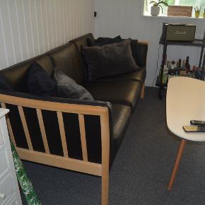 Sælger denne 3 persons sofa fra Fanø, da jeg skal flytte. Det er ikke brugt særligt meget, så der er kun nogle få brugstegn. Køber skal selv komme og hente.