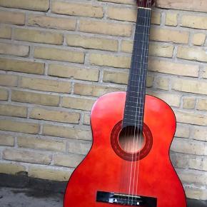 Guitar. Ser fin ud, men har brugsridser. Trænger til at blive stemt :-)