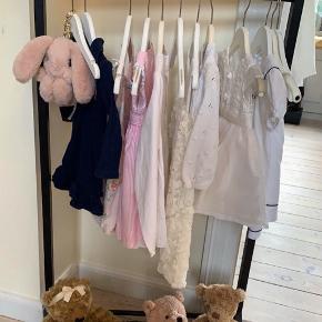 Super fint tøjstativ i træ fra den skønne kollektion af børnemøbler fra det danske firma Oliver Furniture. Tøjstativet er virkelig fint at have stående på børneværelset til udklædningstøjet, til de fine kjoler eller pæne skjorter. Eller tøjstativet kan bruges i entreen til at have børnenes overtøj hængende på. Designet er enkelt og i klassisk skandinavisk stil og perfekt til at indrette de fineste børneværelser med. Mål: Bredde: 64 cm Dybde: 29 cm Højde: 125 cm  Sælges for 700kr