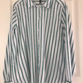 Fin klassisk skjorte fra H&M Divided. Fejler intet :-)