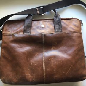 Sælger min elskede taske. Den har en del slid og hanken er knækket af. Ny skal sættes på. Derfor den billige pris.