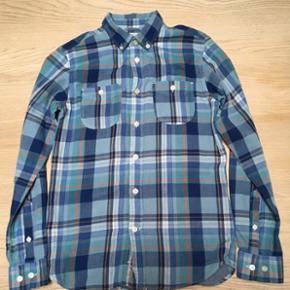 Blåternet skjorte fra Knowledge Cotton Apparel str. S sælges.Lækker kvalitet i 100 % økologisk bomuld -se også mine andre annoncer 😊 Jeg sender gerne ved betaling med MobilePay. Porto DAO 38 kr.