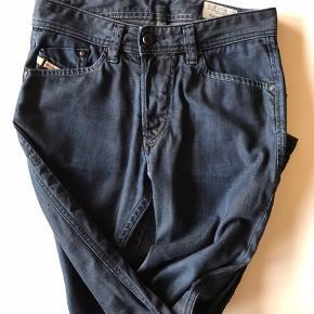Diesel jeans, i fin stand, ingen huller, pletter eller slid.   W26L30 Livvidde: 72cm Skridtlængde: 72cm  Jeg kan ligge bukserne op efter ønsket skridtlængde, koster 100kr ekstra og skal betales via mobilepay.   Kig forbi, giver mængderabat.   Vasket i neutral, kommer fra røg og dyrefrit hjem.   Tøj og sko til både til herre & damer!  Tags: Ralph Lauren, Tommy Hilfiger, Hugo Boss, Nike, Adidas, The North Face, WOOD WOOD, Levi's, GABBA, Giorgio Armani, ACNE, LACOSTE, Carhartt, Hard Rock Café, Diesel, Converse, Ed Hardy, BURBERRY, Lindbergh, mm.!  #trendsalesfund