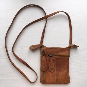Fin lille lædertaske med tre rum 🌿  Tasken måler 12 x 15 cm Den måler 78 cm fra skuldre til bunden