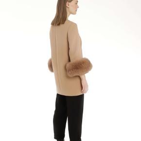 Klassisk  Golla coat fra Meotine i beige. Jakken har 100% premium ræve cuffs, som også kan tages af.  Jakken er en m/l, så den giver et rigtig fedt oversized look og man kan have trøjer på under.   Sælger da jeg har købt den i en anden farve😁  Alt følger med: - Kvittering  - Prismærket sidder i - 2 års garanti