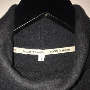 Lækker højhalset sweater fra samsøe & samsøe. Nypris 600 kr.