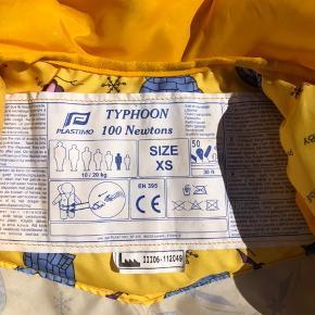 Plastimo Typhoon redningsvest str. XS til børn.  100 N kategori. 10-20 kg svarer til 2-5 år. Flot gul med print