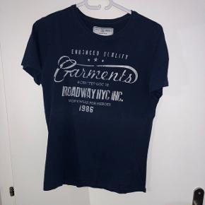 T-shirt en bon état. Il est bleu marine et de taille S. Il a y des inscriptions de couleur blanche sur le devant. Presque neuf.