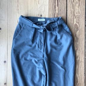Fine løse bukser med bindebånd i taljen. Hentes i Århus/Brabrand eller sender gerne for 38 kr med dao