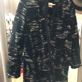 Smuk og lækker Julie Fagerholt cardigan - kan anvendes som overgangs jakke (hvis det ikke regner). Så lækker kvalitet og passes nemt af størrelse 34,36 og 38 idet der er tale om en oversize str.34. BYD gerne. Ps. Køber betaler fragt:)