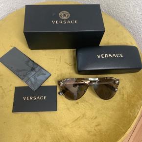 Versace solbriller incl æske og papir. Model fra sidste år. Nypris 2100 kr  Der mangler 10 sten.