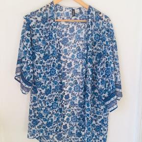 Blomstret blå / hvid gennemsigtig cardigan fra H&M divided. Kan afhentes i Randers / Århus C, eller sendes med DAO på købers regning