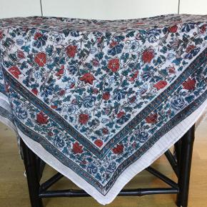 Håndlavet indisk tørklæde med smukt påtryk og indvævede tynde guldtråde. 110 cm x 110 cm. 100% bomuld. Købt på Etsy. Ingen huller eller pletter. Der er dog små uregelmæssigheder i påtryk som må påregnes, når det er håndlavet.