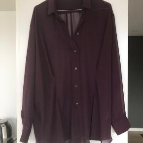 Acne-skjorte - et par år gammel, men brugt ganske få gange. Falder flot, da den er syet i let figur i taljen.