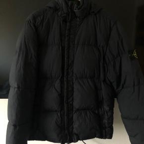 Købte jakken brugt for 1 år siden ca, og har maks brugt den 10 gange siden. Jakken har et enkelt hul som er blevet syet, som ses på et af billederne. Vil sige cond 6-7