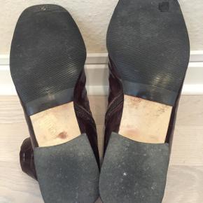 De fineste vintage støvletter i ægte krokodilleder. De har lige fået nye såler.  Der er et lille mærke på venstre sko - se sidste billede.
