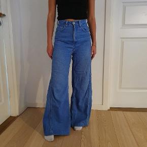 Bukserne blev revet væk da de var i butikken Str 24/32