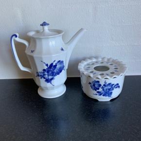 Royal Copenhagen Blå Blomst kaffekande nr. 8502 og tevarmer nr. 8787. 1. sortering. Perfekt stand. Sælges samlet for 400 kr. Kan sendes for 53 kr.