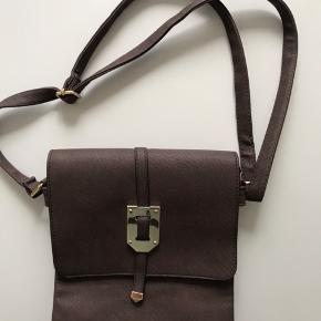 Dameskuldertaske i brun kunstlæder.  Som ny. H = 26, B = 23 cm. Fri levering i Kbh / Frb