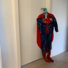 Supermand udklædning str 116  Slidt se billede 3. Men kan stadig bruges   Fra røg og dyrefrit hjem.