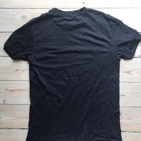 Super fin t-shirt fra Ganni i str M. Kun brugt et par gange.  Køber betaler fragt. Sender med DAO eller mødes fysisk.