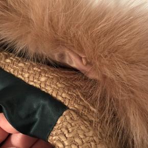 Sælger min Meotine jakke til en god fast pris. Farven er camel og str. S/M.  En knap er faldet af oppe ved pelskraven (se billede) Det er ikke noget man kan se, når man bruger den.   Stoffet har også tegn på brug - mest på ærmerne, der hvor stoffet rammer langs siden (se billede)   Sender med DAO. Køber betaler fragt.
