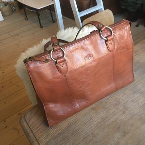 Sælger min smukke taske, som jeg lige har købt. Det er en fransk lædertaske af fantastisk kvalitet og med fine gulddetaljer ✨ Den har et yderligt rum til mobilen, og godt rum indeni til læbestift, solbriller osv. Den har plads til en mac computer. Sælges pga. pengenød. Ingen ridser eller slitage.