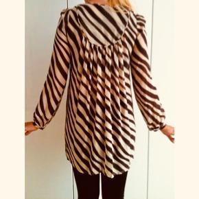 Super fin 100% silke tunika / kjole fra Baum und pferdgarten. Stadig i meget fin stand, kun håndvasket i koldt vand. Der er løbet en lille tråd fortil, men ikke noget man ligger mærke til