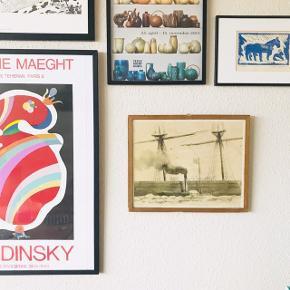 """Lækker indrammet akvarel malet af Bo Bonfils i 1979 ⛵️ navnet på værket er """"Paddle Tug alongside Large Clipper"""" - værket er udgivet af Hempel's Marine Paints. Denne super lækre akvarel er ægte maritim og super skøn - passer perfekt ind i den moderne indretning, med et retro twist 😍💙 ramme i træ medfølger, måler ca. 31,5 x 39 cm inkl. ramme. Rammen har lidt knubs. De andre billeder sælges ikke.   Bemærk - Sendes med DAO eller afhentning ved Harald Jensens Plads, bytter ikke 🌸  ⭐️ retro plakat loppefund kunst billede maritimt færge båd sejlads både akvarel maleri"""