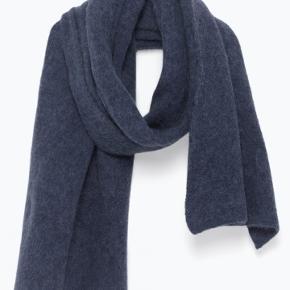 Meget lækkert tørklæde, halstørklæde i det blødeste strik.Nypris kr 700 - har stadig tag på  Kun seriøse bud!!!!  Sælger også et andet gråt fra samme mærke