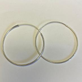 Trine Tuxen Hoop 2 - Sterling sølv - brugt et par gange - nypris 275stk/550 pr par Sælger samme par i forgyldt sølv - samt spiral øreringe