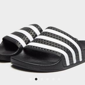 Adidas badesandal i fin stand. Str. Er 8 og svarer til 41 1/3 byd :)