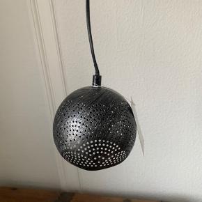 Lille loftslampe fra Ellos, aldrig brugt. Beskrivelser af lampe er på billede 2