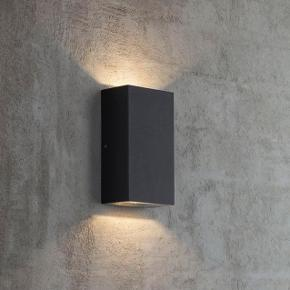 Stilet og minimalistisk firkantet udendørslampe lavet i sortlakeret metal med to led 5 watts modulpærer, lyser opad og nedad. Helt nye og har ikke været ude af kassen. Sælger begge for 400