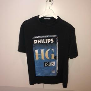 Grålig / sort t-shirt med Philips print. Fitter en xs-M for et oversized look. Som ny.