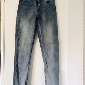 Acne jeans, model Skin 5, str. 26/32. En mega fin grå/blå vask. De er 7/8 længde (dvs. de på mig, med en højde af 1.75 stumper lidt ved anklen).  Brugt få gange og fremstår uden spor af brug.