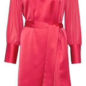 Karen By Simonsen kjole, er blevet brugt en enkelt gang og fremstår derfor næsten som ny.