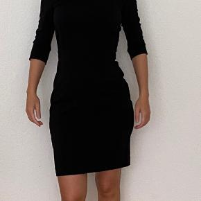 In wear sort kjole str 32. Er normalt 34 og xs og denne passer perfekt.