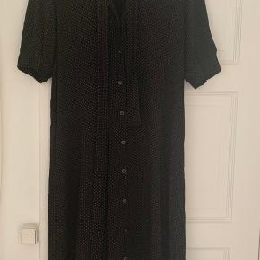 Colina kjole fra Gestuz med bindebånd. Sort med små hvide prikker. Er kun brugt to gange.  Kom gerne med bud.