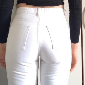 """Wood Wood """"eve"""" jeans. Der står str 26 i, men de passer nærmere en 24/25. Har små pletter som set på billedet, men er ellers i super fin stand."""