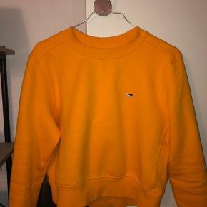 Super fin sweatshirt fra Tommy Hilfiger. Kun brugt 5 gange og derfor helt som ny. Str s.